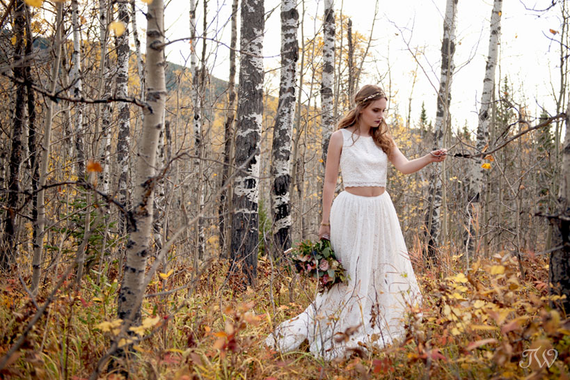 bohemian bride in the fall foliage captured by Calgary wedding photographer Tara Whittaker
