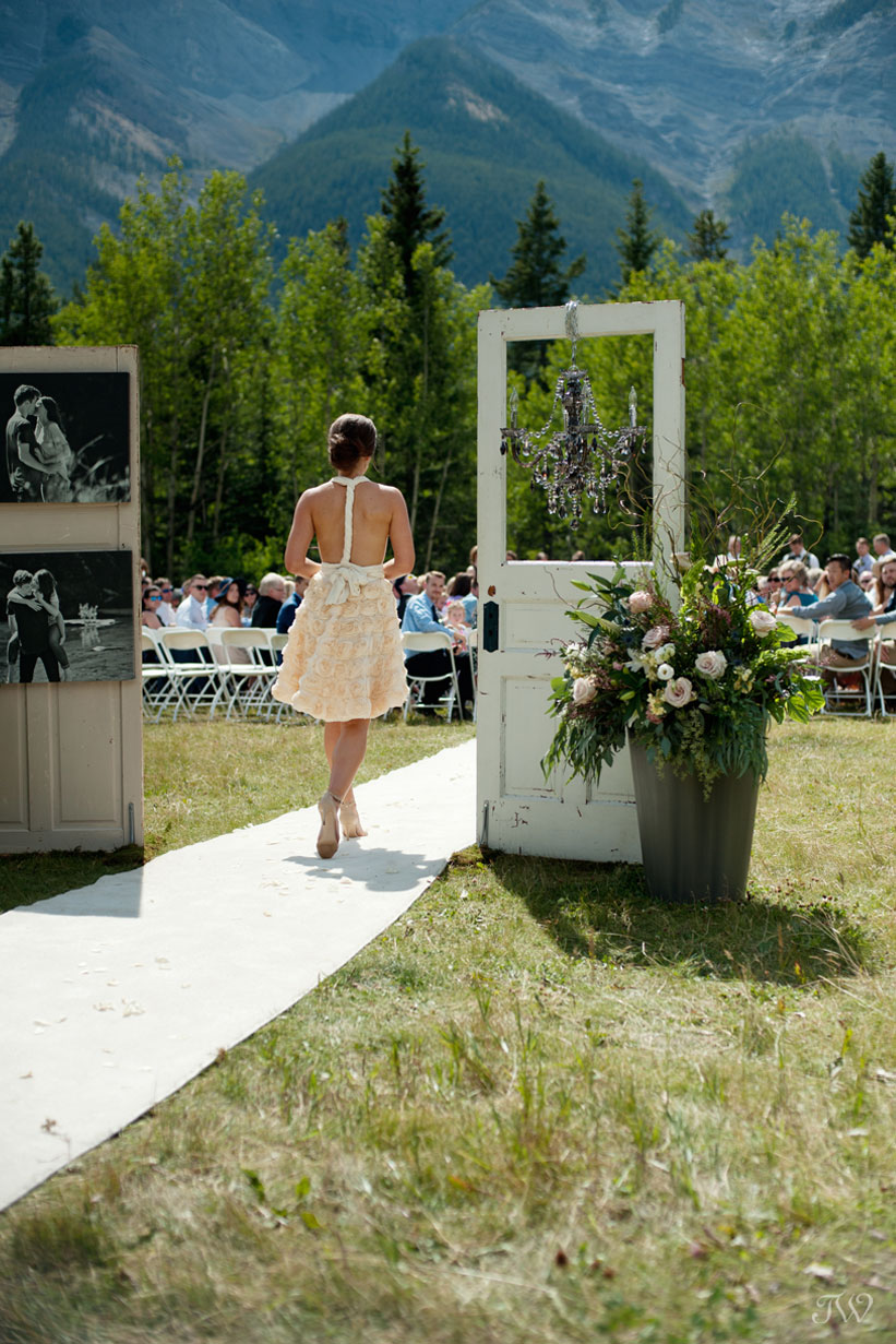 Wedding ceremony at Rundleview Parkette captured by Calgary wedding photographer Tara Whittaker