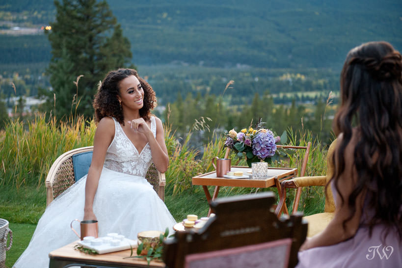 outdoor cocktails at a Silvertip wedding captured by Calgary wedding photographer Tara Whittaker